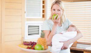 """Giải đáp thắc mắc cho mẹ : """"Sau sinh có được ăn táo không ?"""""""