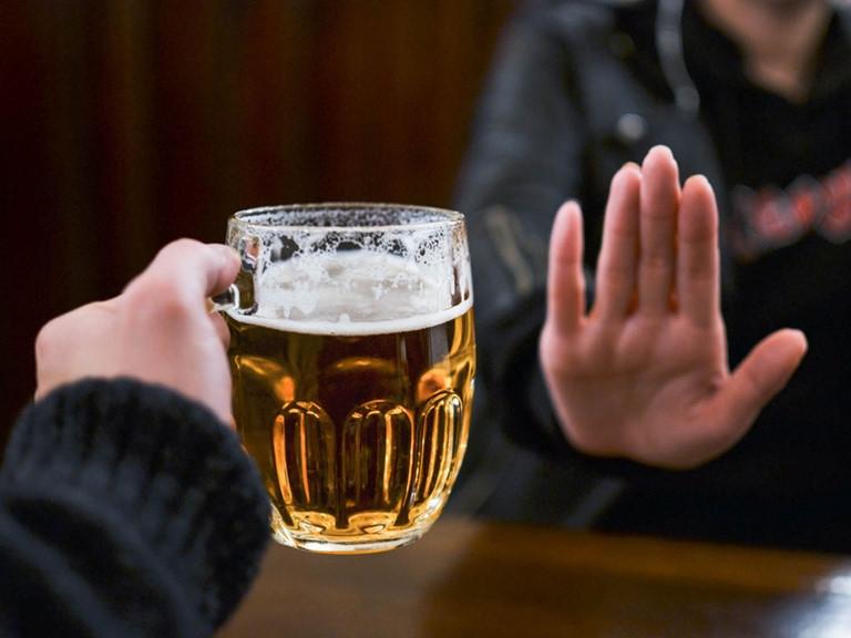 mẹ sau sinh không nên sử dụng bia rượu