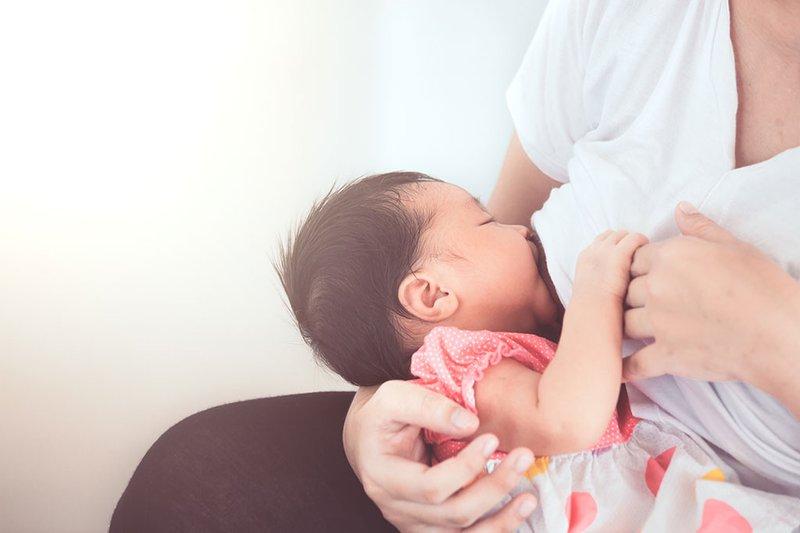 cho bé bú mẹ thường xuyên để lấy lại sữa