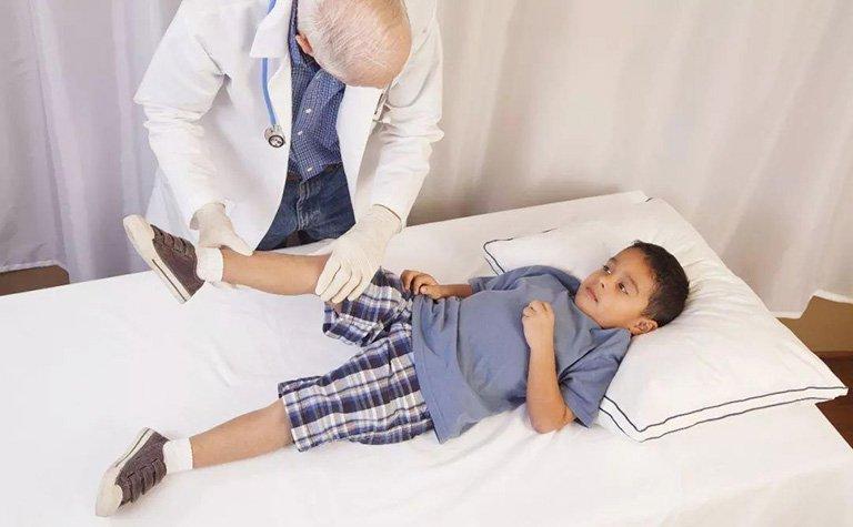 trẻ đi tập tễnh 1 chân bị bệnh gì
