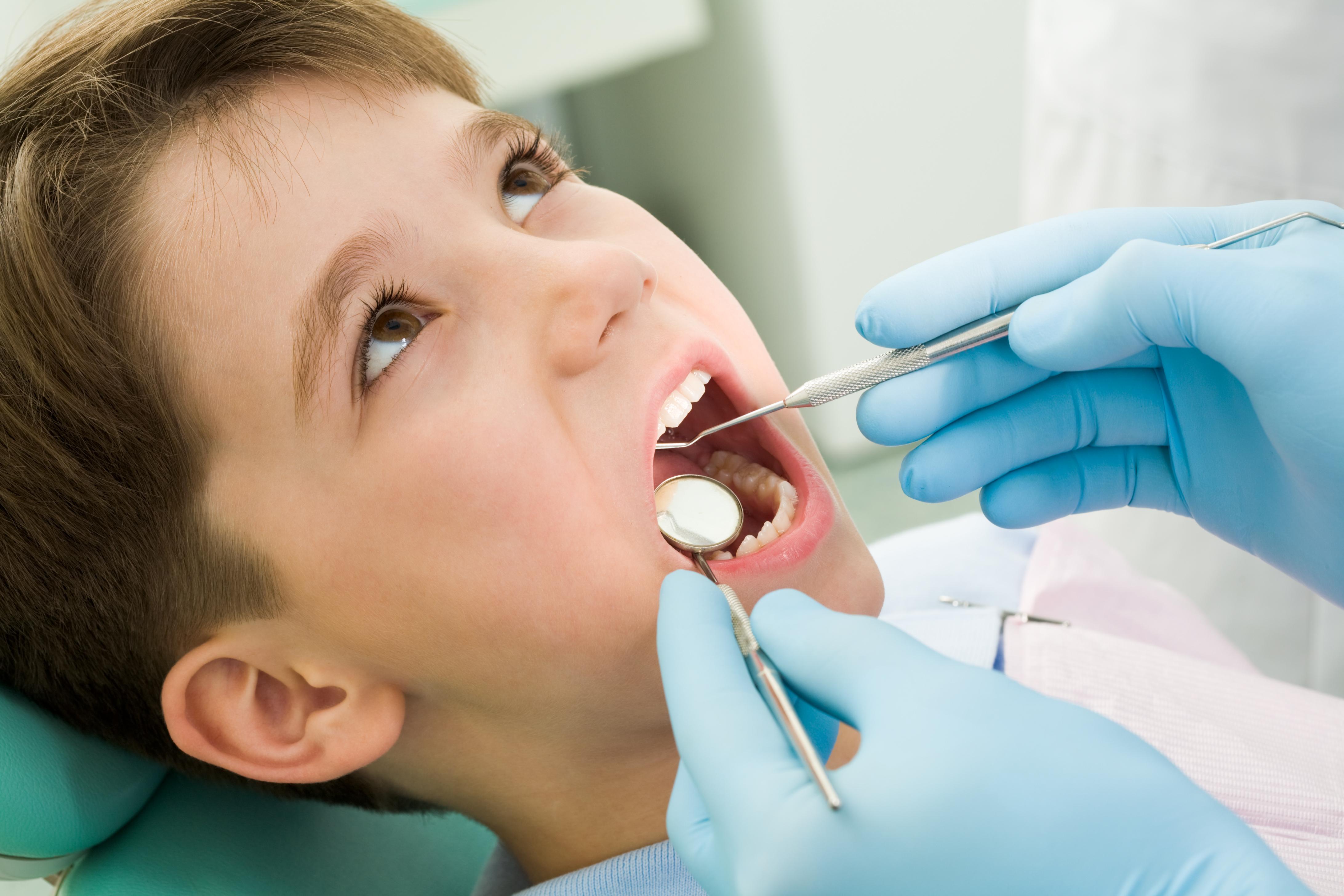 trẻ thay răng hàm sớm